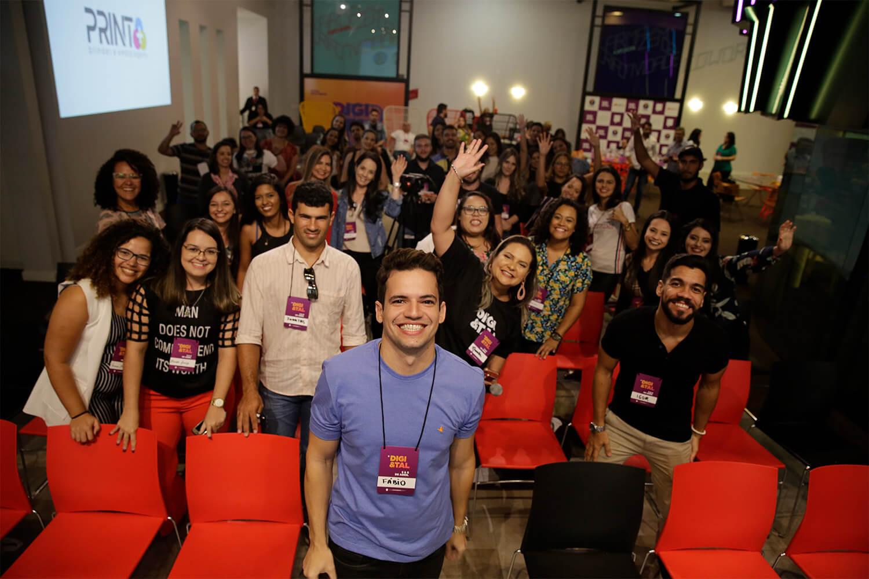 Foto de fábio em um evento sobre marketing digital